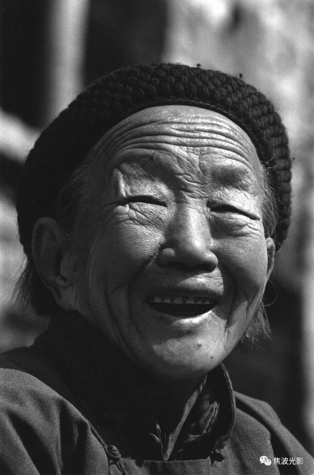 """2.俺娘,一个晚年身高1.41米,体重36公斤的弱小女人。她叫乔花桂,生于1913年农历初七,属牛。她也是姊弟中的老大。爹常说,你娘她特""""韧""""!(1998).jpg"""