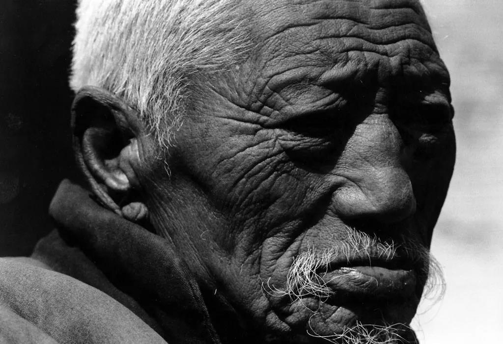 """1.再讲俺爹俺娘的故事。俺爹,长着一双倔强眼睛的健壮男人。他叫焦文崇,生于1915年农历八月初十,属兔。他是长子长孙,兄妹11个数他命大,其他都早早夭折了。娘常说,你爹他特""""独""""!(1998).jpg"""