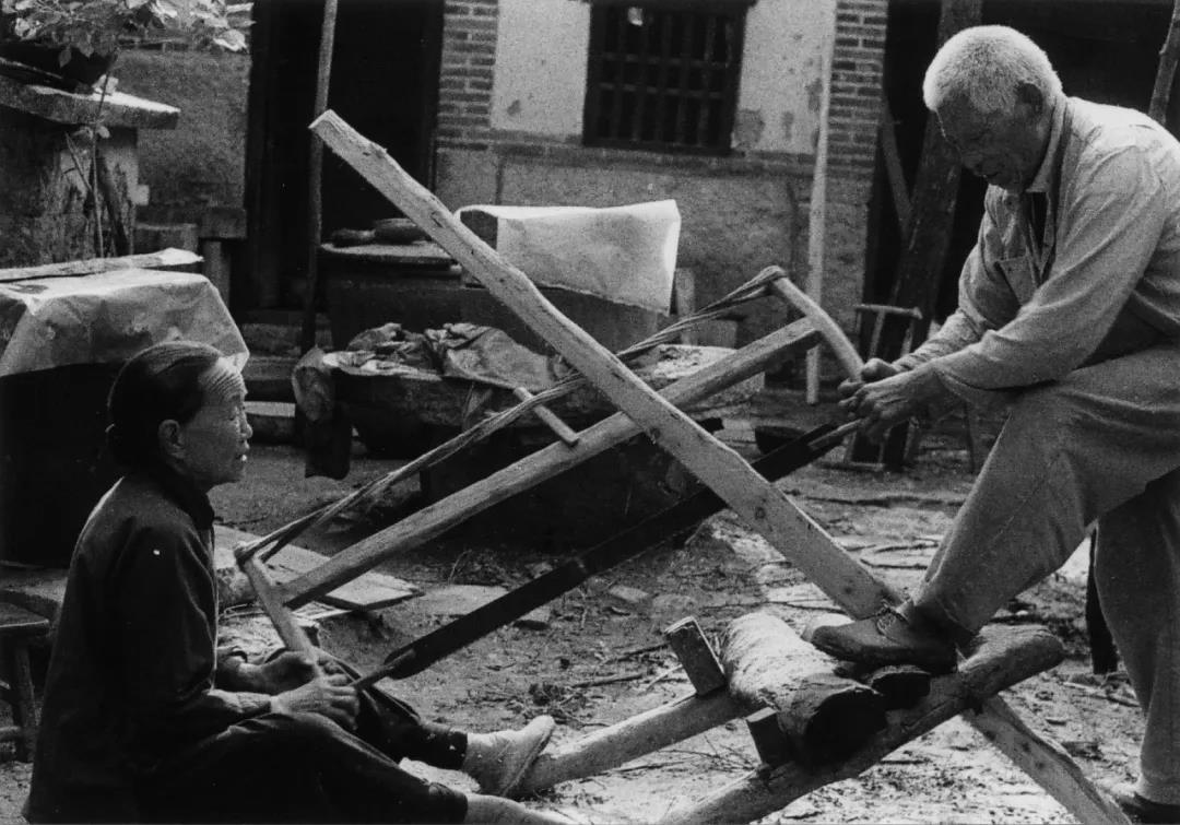 11.跟了爹一辈子,娘也成了爹的好下手。爹时常说,大锯要一锯一锯地拉,路要一步一步地走。两个人做事,要讲究相互配合。 (1980).jpg