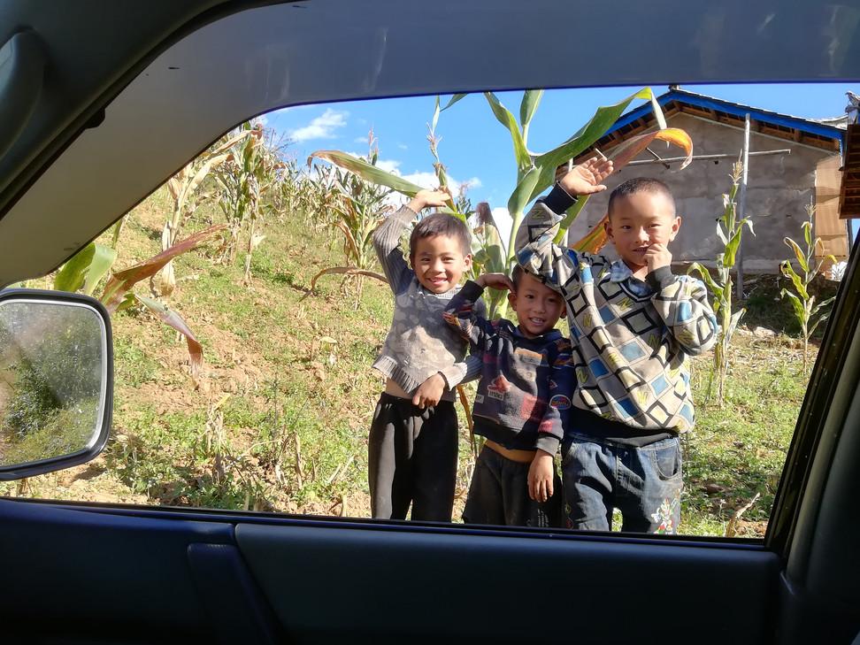 黄板坪完小的学生,每次见到黄板坪村委会扶贫工作队的车,都会敬礼.jpg