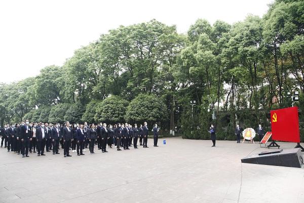 烈士墓前悼念.JPG
