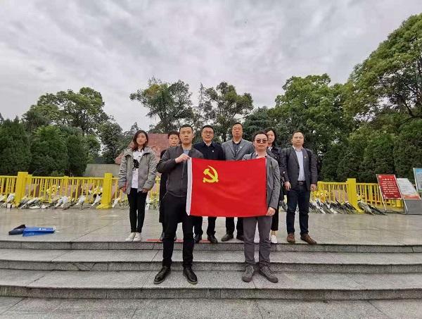 """3 成都分公司党支部在""""十二桥烈士墓"""".jpg"""
