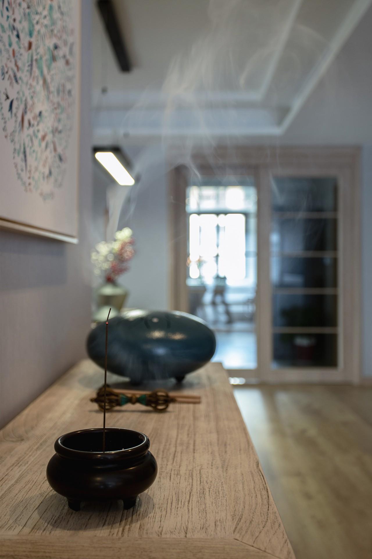 客厅玄关,焚香也是女主爱好和习惯之一.jpg