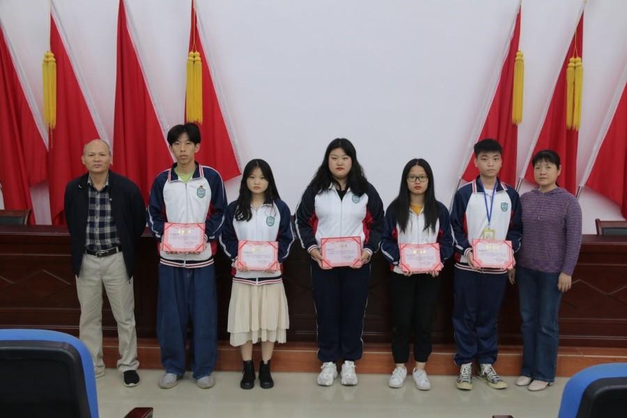 2朱飞主任和夏士平书记为在上学期表现优异的五位团干和团员颁发证书.JPG