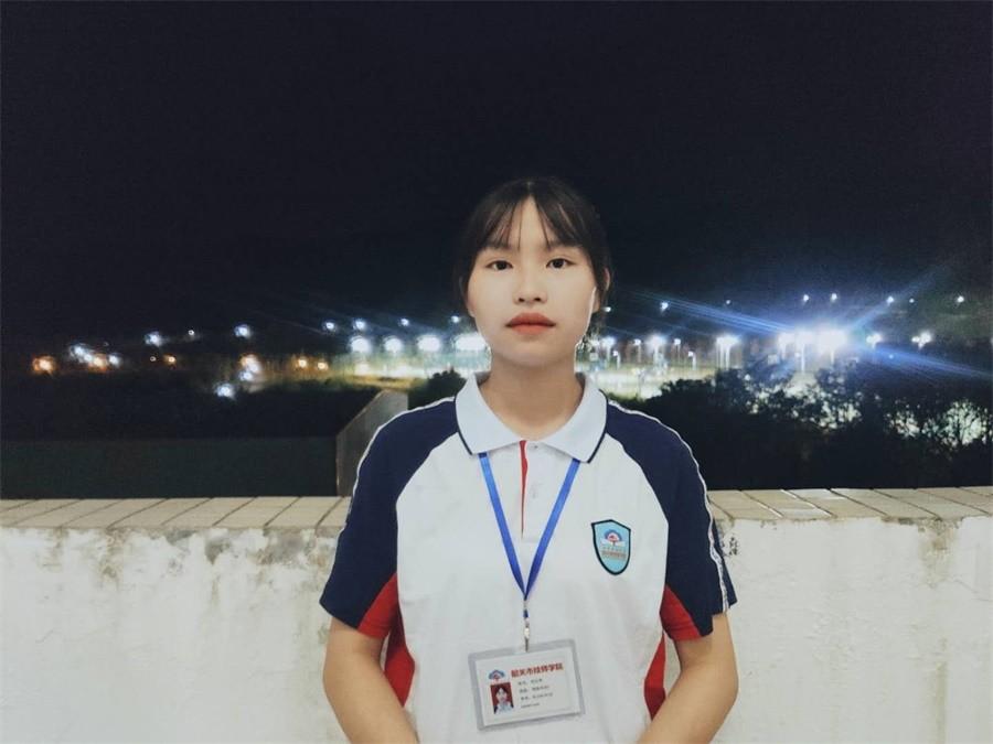 国旗下发言娱乐代表刘云凤同学.JPG