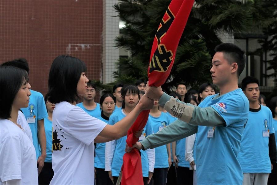 04新一届培训班学员从上一届学员手中接过营期.JPG