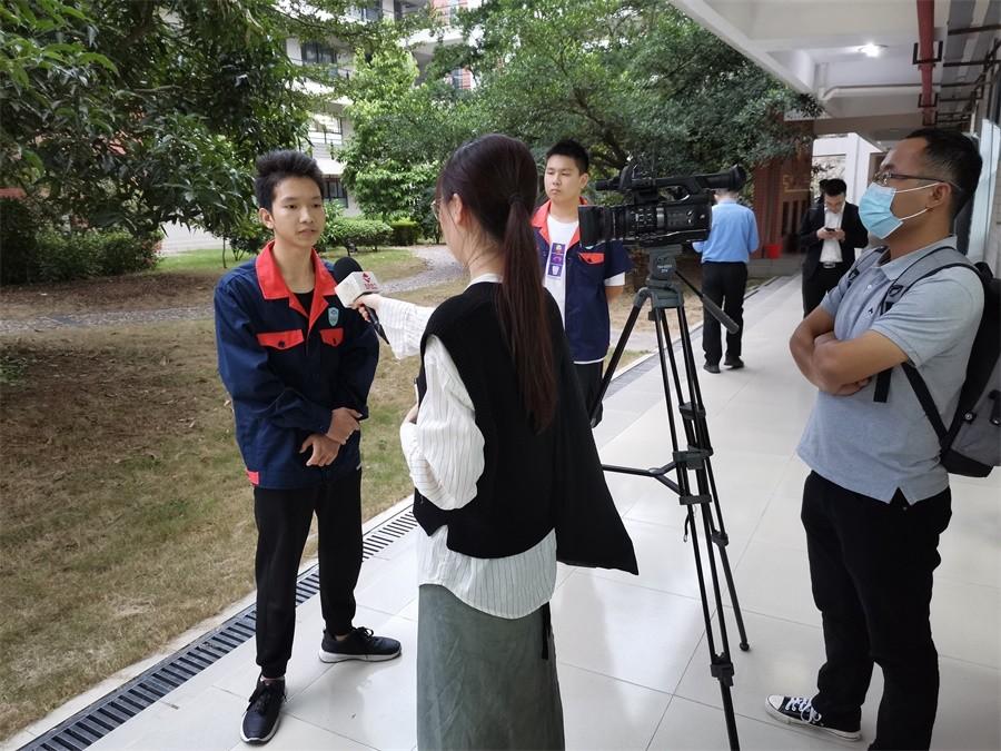 3活动后我院学生接受韶关电视台采访.jpg