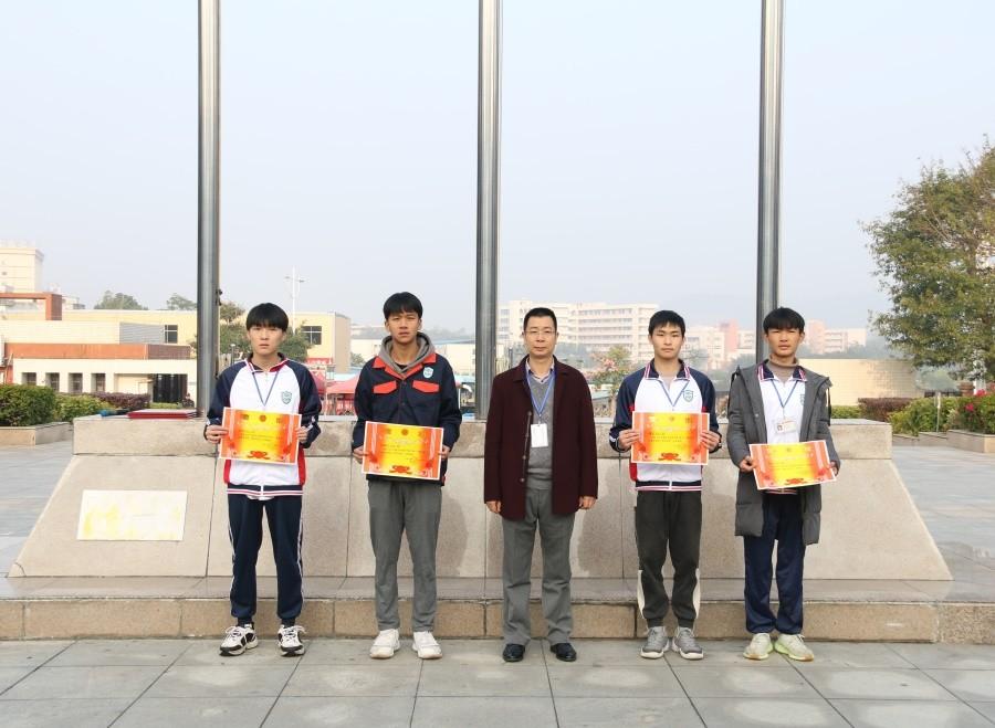 周亮副院长为获得优秀奖的班级颁奖.JPG