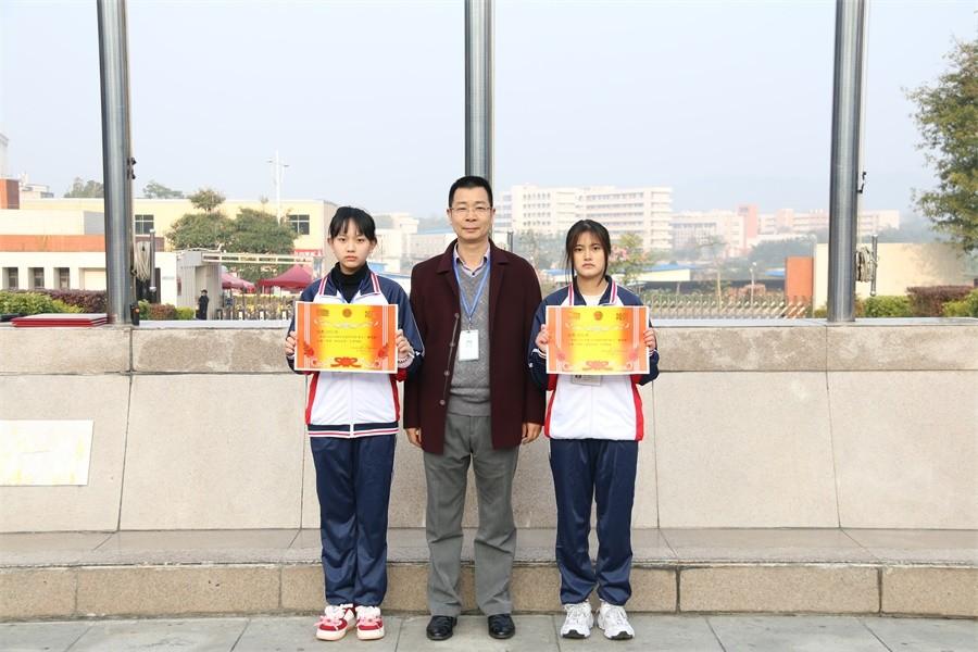 周亮副院长为获得二等奖的班级颁奖.JPG