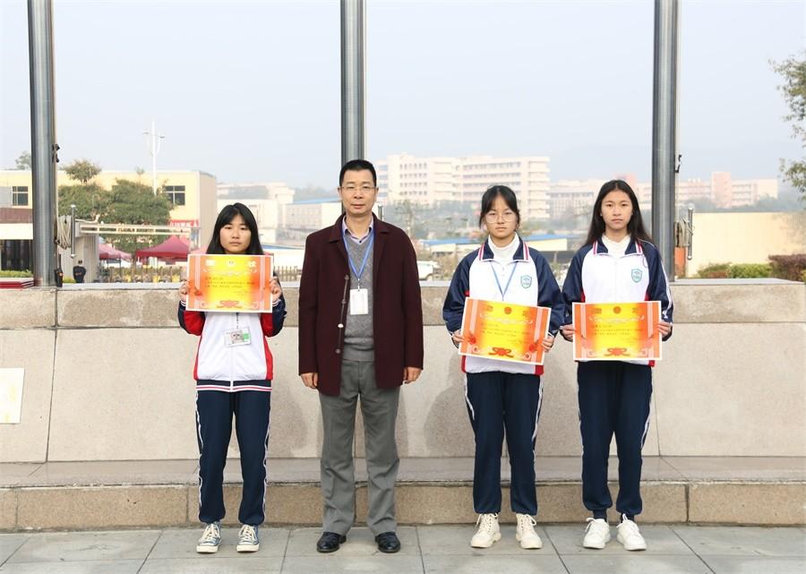 周亮副院长为获得三等奖的班级颁奖.JPG
