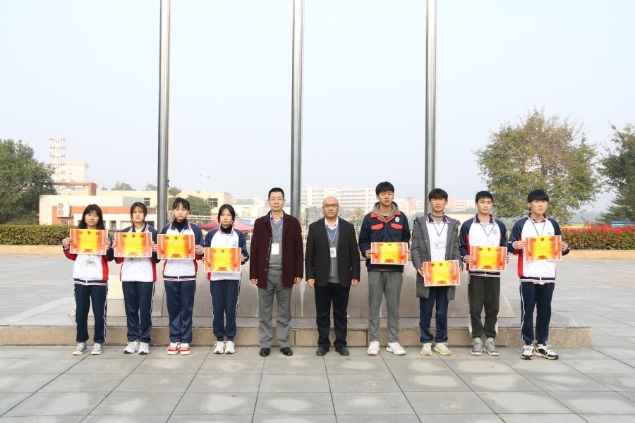 院领导与获奖班级代表合影.JPG