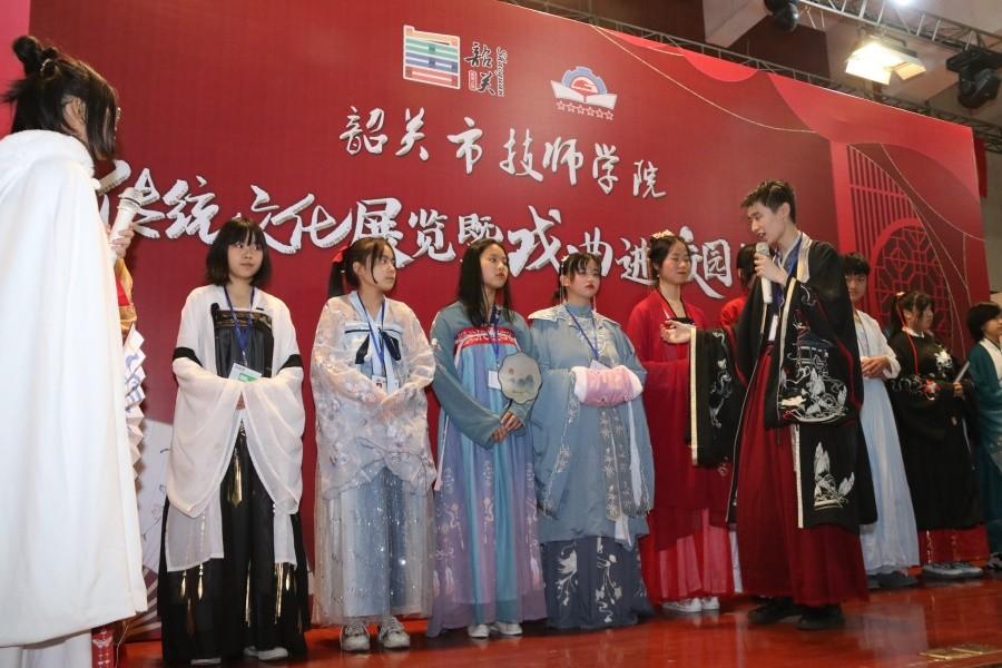 """图四 学生社团""""子衿""""汉服社社长向同学们介绍传统服饰的特点与文化内涵.JPG"""