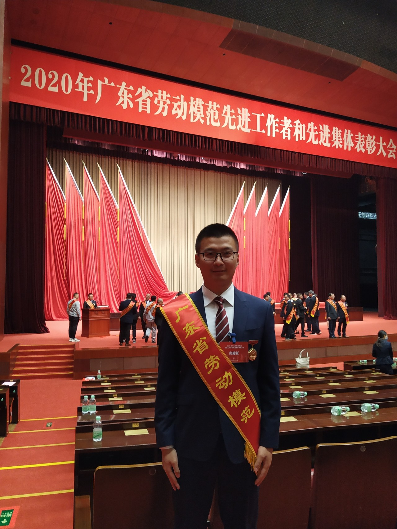 张本忠参加2020年广东省劳动模范先进工作者和先进集体表彰大会。.jpg