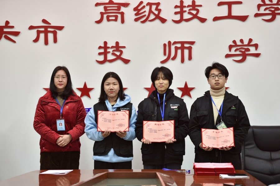 6向优秀成员颁发荣誉证书.jpg