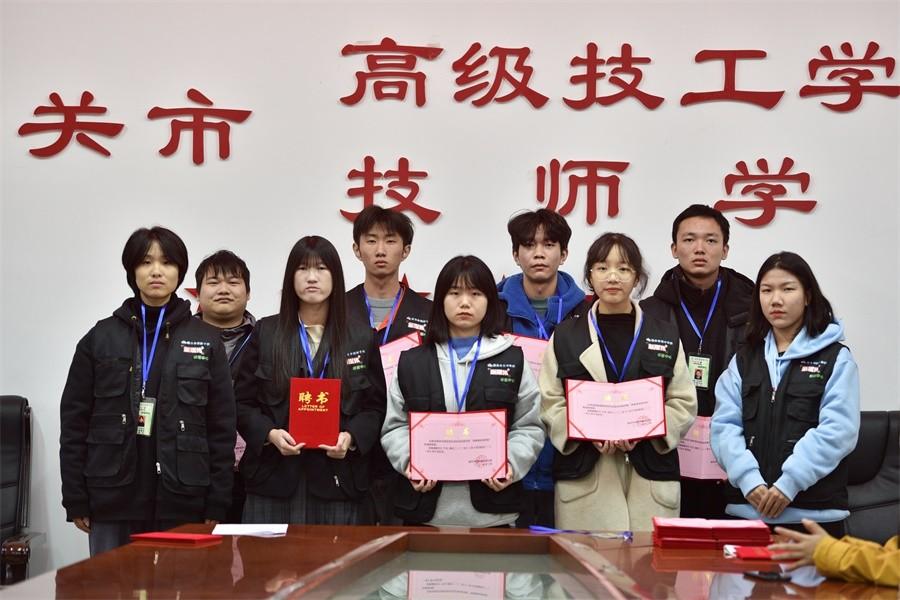 4为新成员颁发聘书.JPG