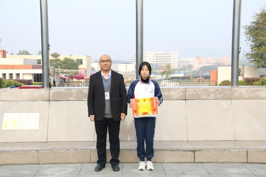 党委书记、院长岳永胜为获得一等奖的班级颁奖.JPG