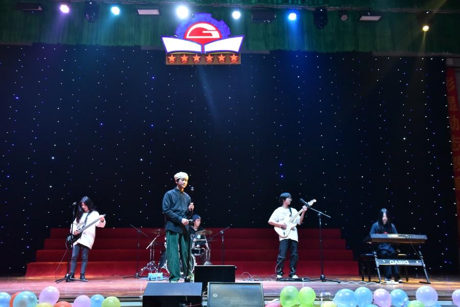 乐队表演《你要跳舞吗》。.JPG