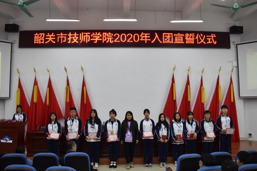 图三 院团委副书记谢莹为入团培训班优秀学员颁发证书.JPG