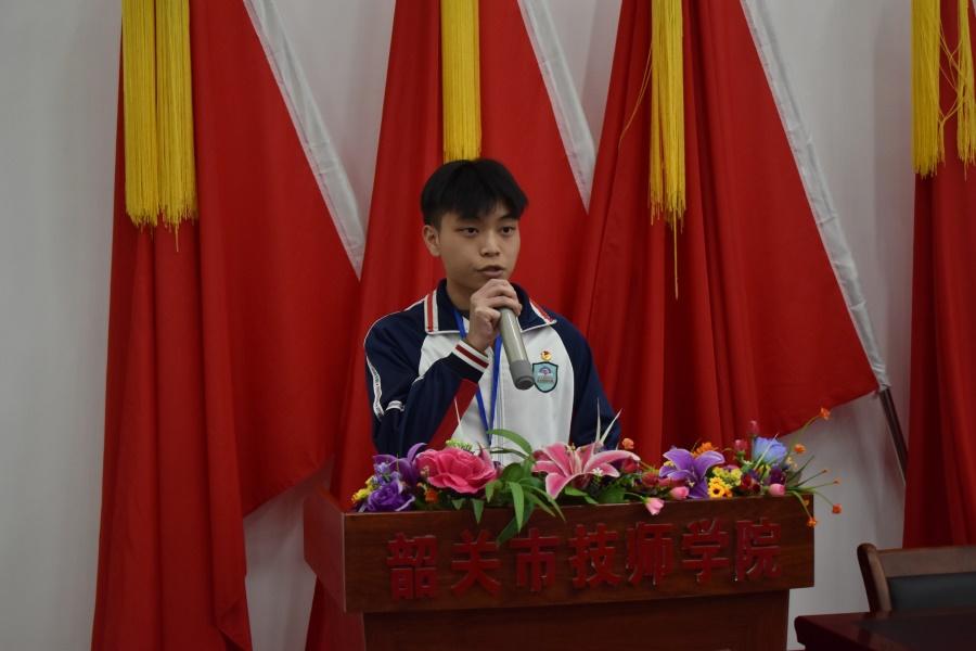 图六 商务1751班林家辉同学代表老团员发言.JPG