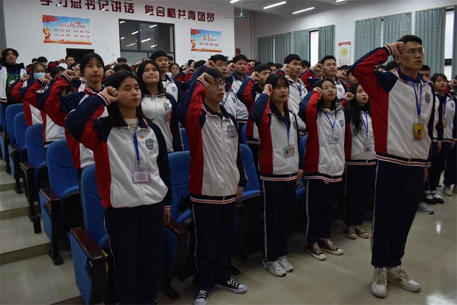 图一 新团员们面对团旗庄严宣誓.JPG