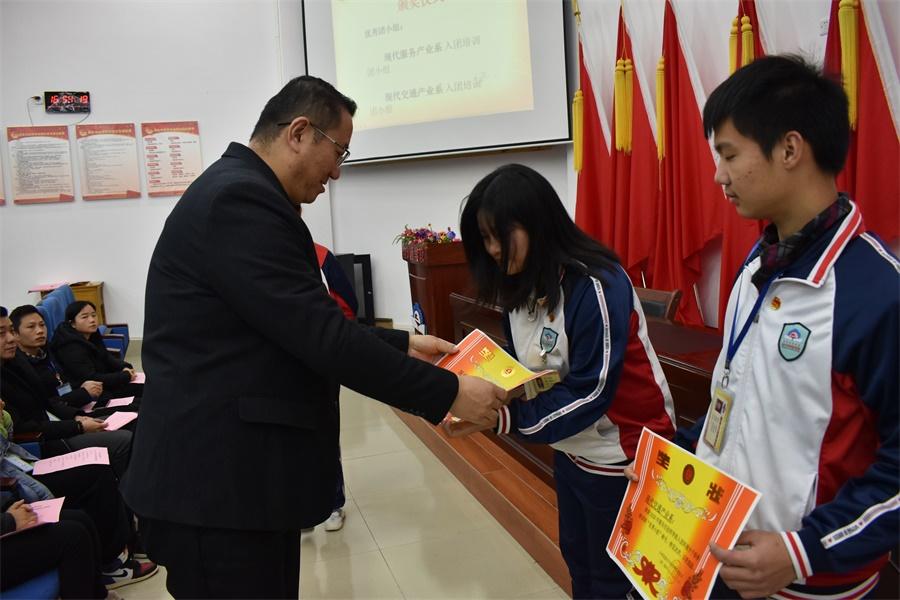 图四 学生管理科科长、团委书记盛国刚为入团培训班优秀团小组颁发奖状.JPG