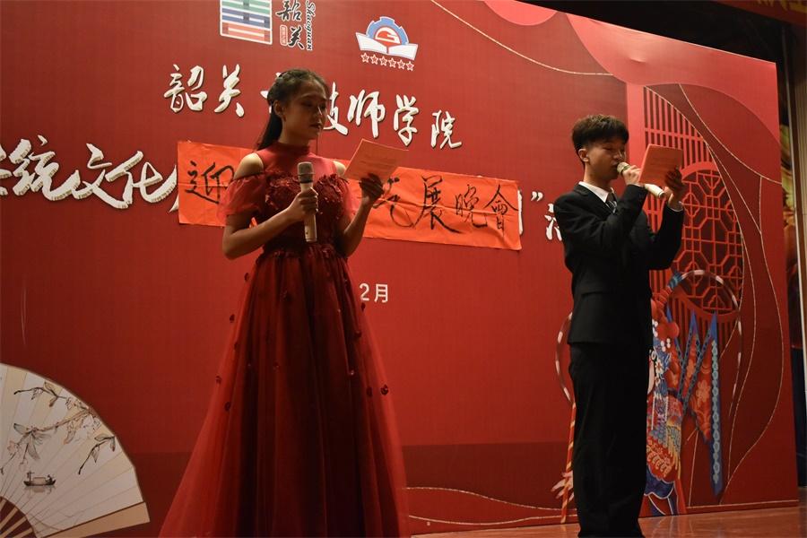 图二:晚会表达了同学们对新春佳节的期盼与祝福.JPG