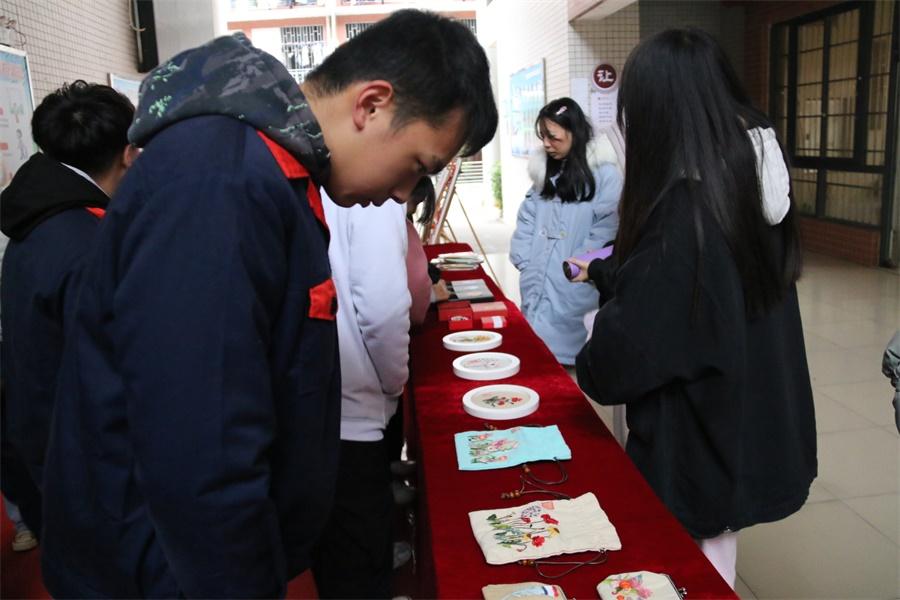 同学参观作品展览.JPG