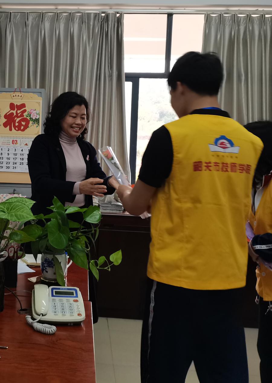 04社联志愿者向女教师们送上鲜花.png