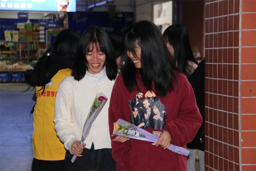 05女生们收到鲜花,脸上洋溢着灿烂的笑容.JPG