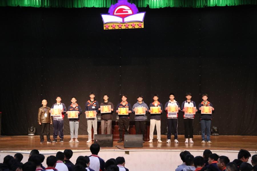 校运会系总分前十名班级颁奖.JPG
