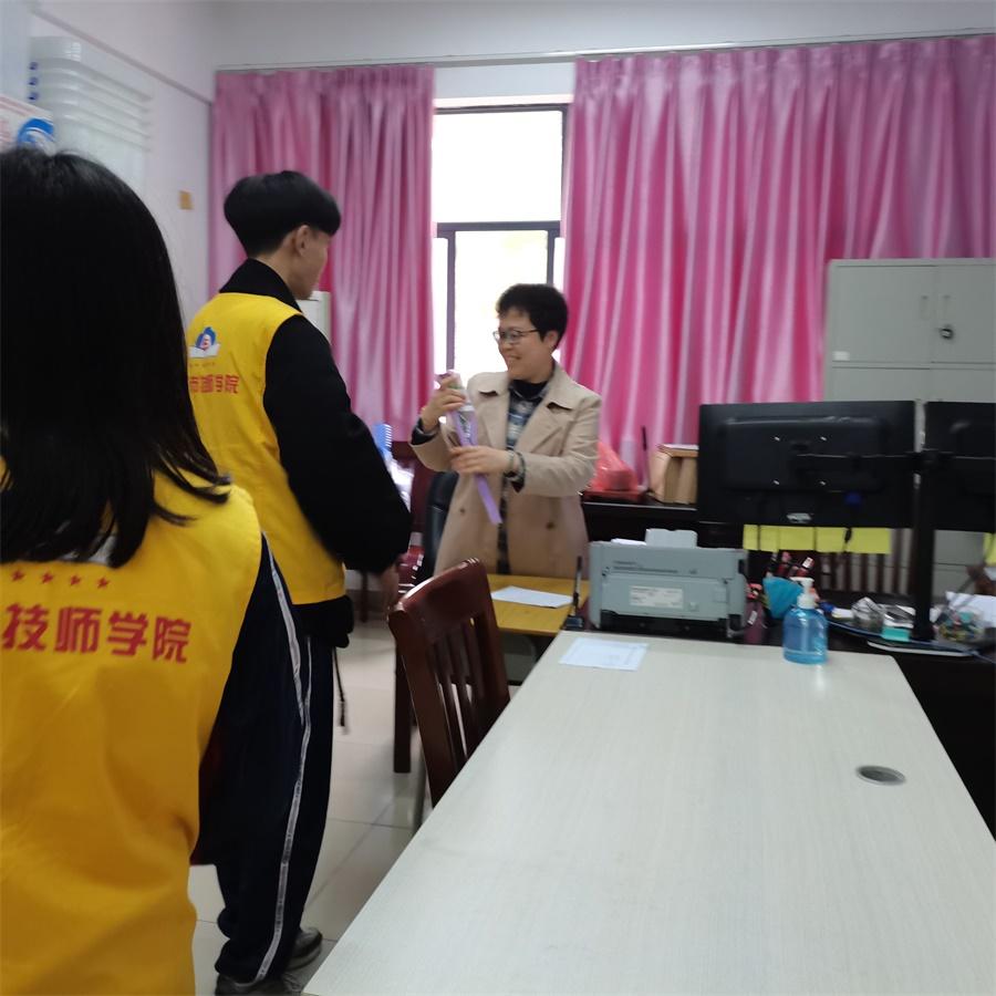 03社联志愿者向女教师们送上鲜花.jpg