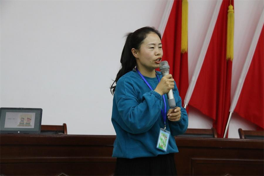 02周静老师与同学们分享心灵鸡汤.JPG