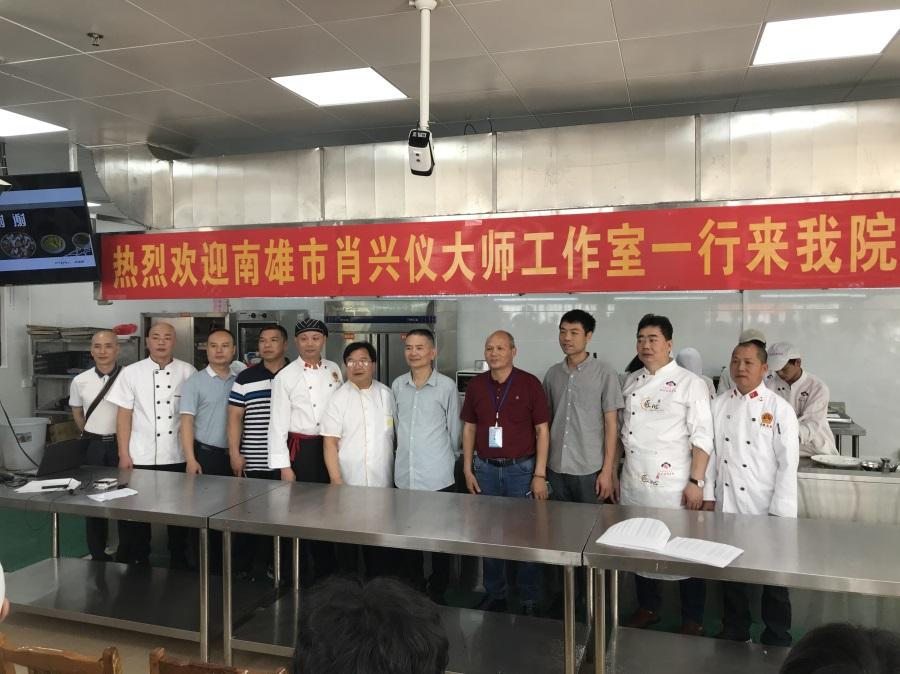 04  3 个大师工作室成员与我院现代农业产业系老师合影。.png