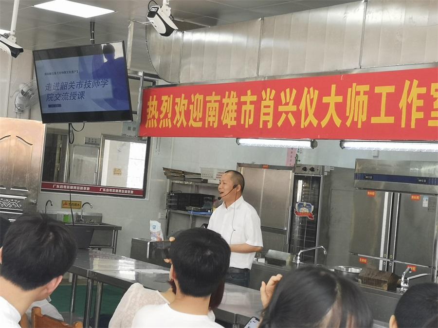03刘景通大师向学生们传授经验心得。.jpg