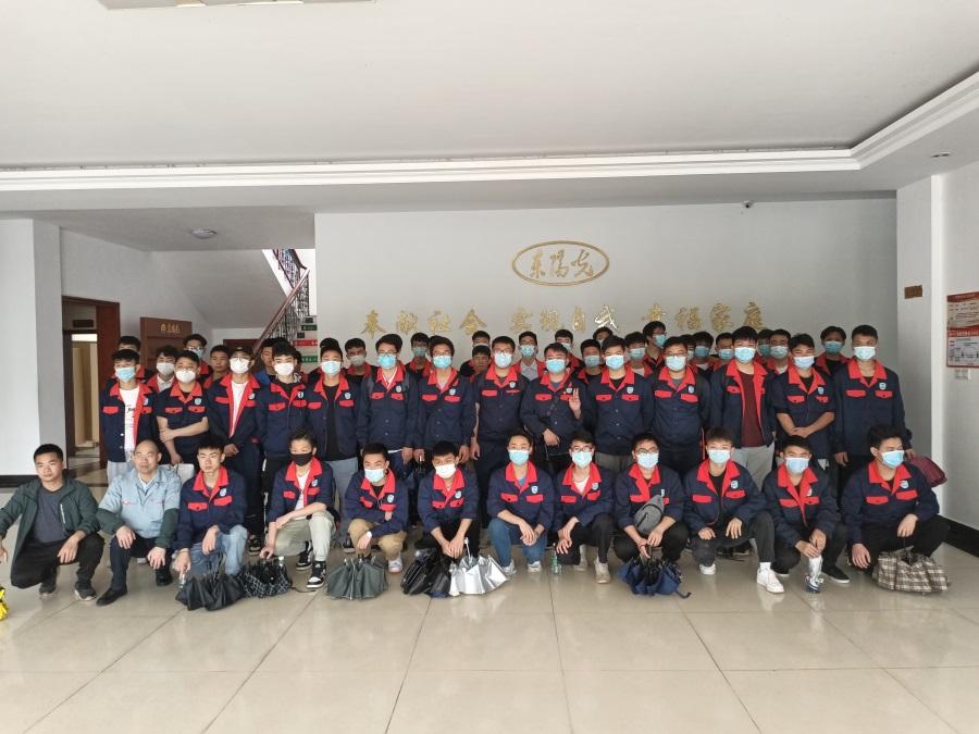 03参加见习活动的56名学子与教师们合影留念。.jpg