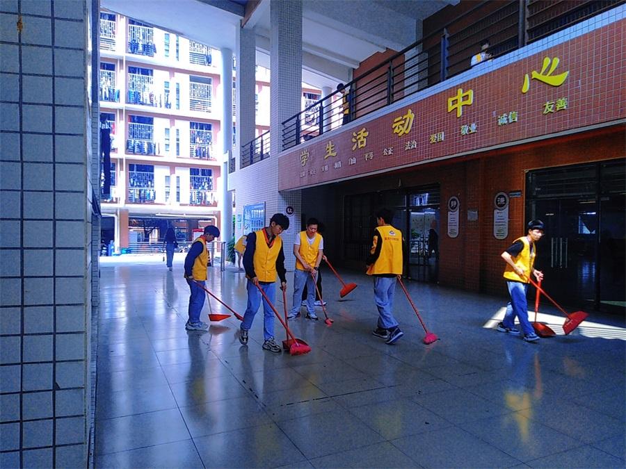 04现代制造产业系团总支打扫学生活动中心及周边.jpg