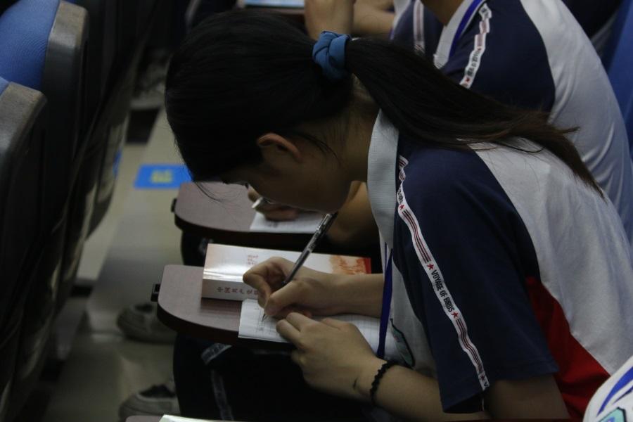 04同学们认真听课并做笔记。.JPG