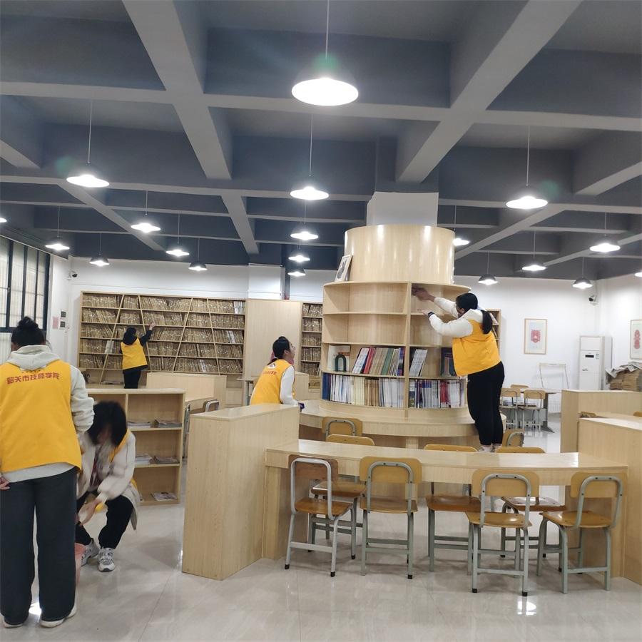 01现代服务产业系团总支在学院图书馆进行清洁整理.jpg