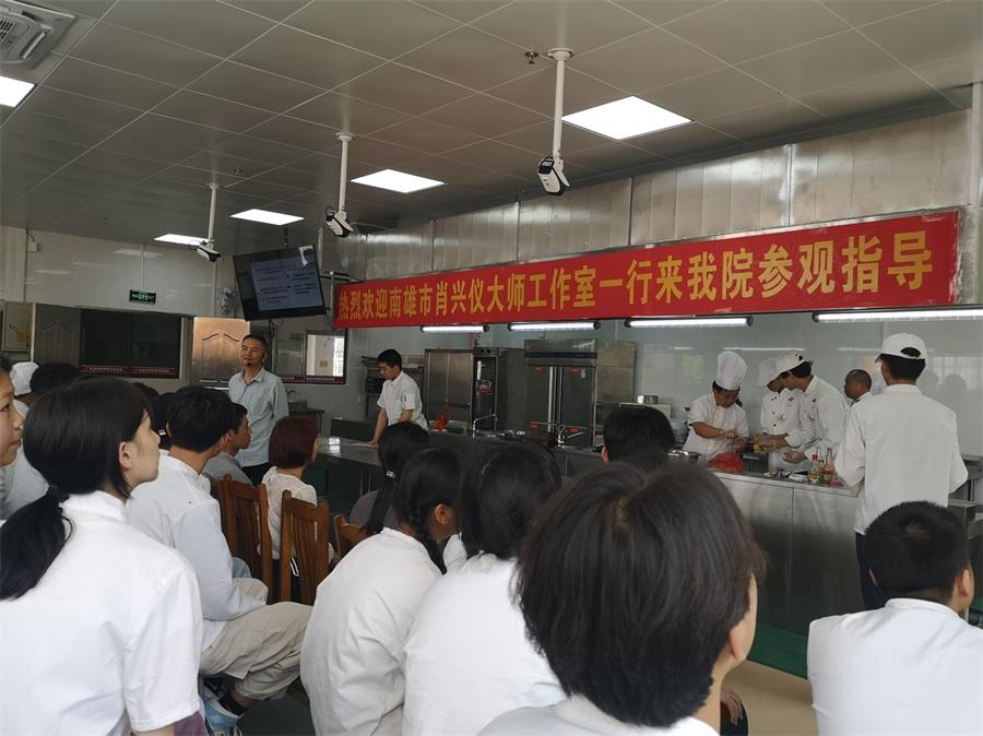 01邓祖荣大师讲解2021年餐饮行业发展趋势。.jpg