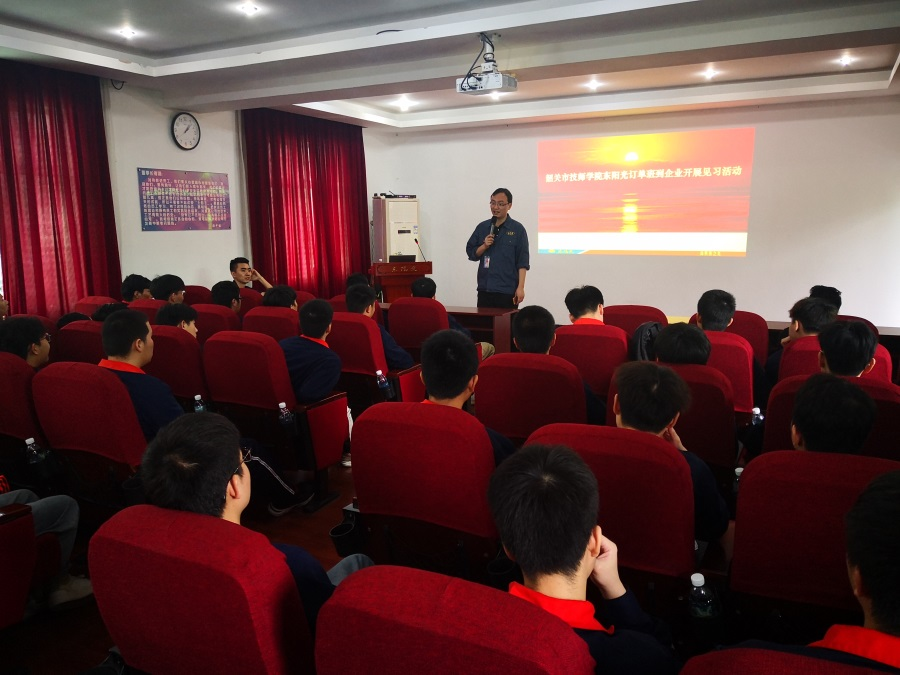 企业领导向同学们宣讲企业的发展、企业文化及福利待遇。.jpg