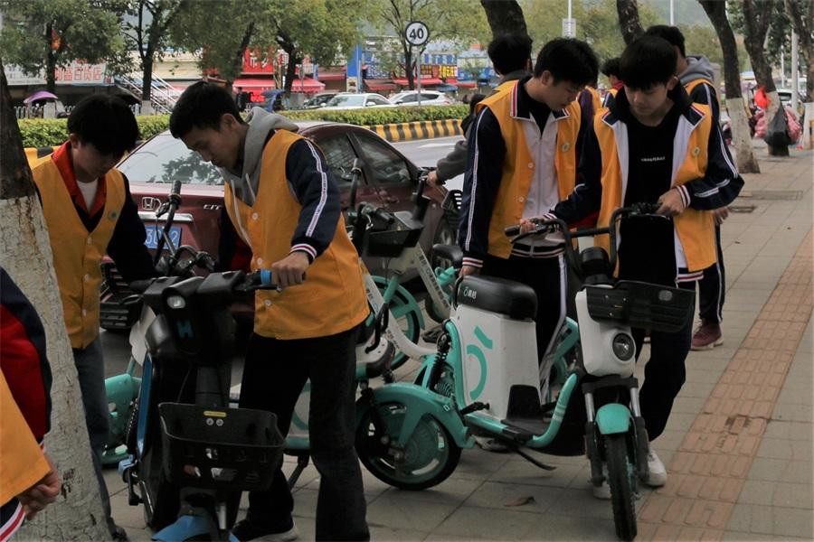 07入团积极分子志愿分队到社区街道摆放共享单车.JPG