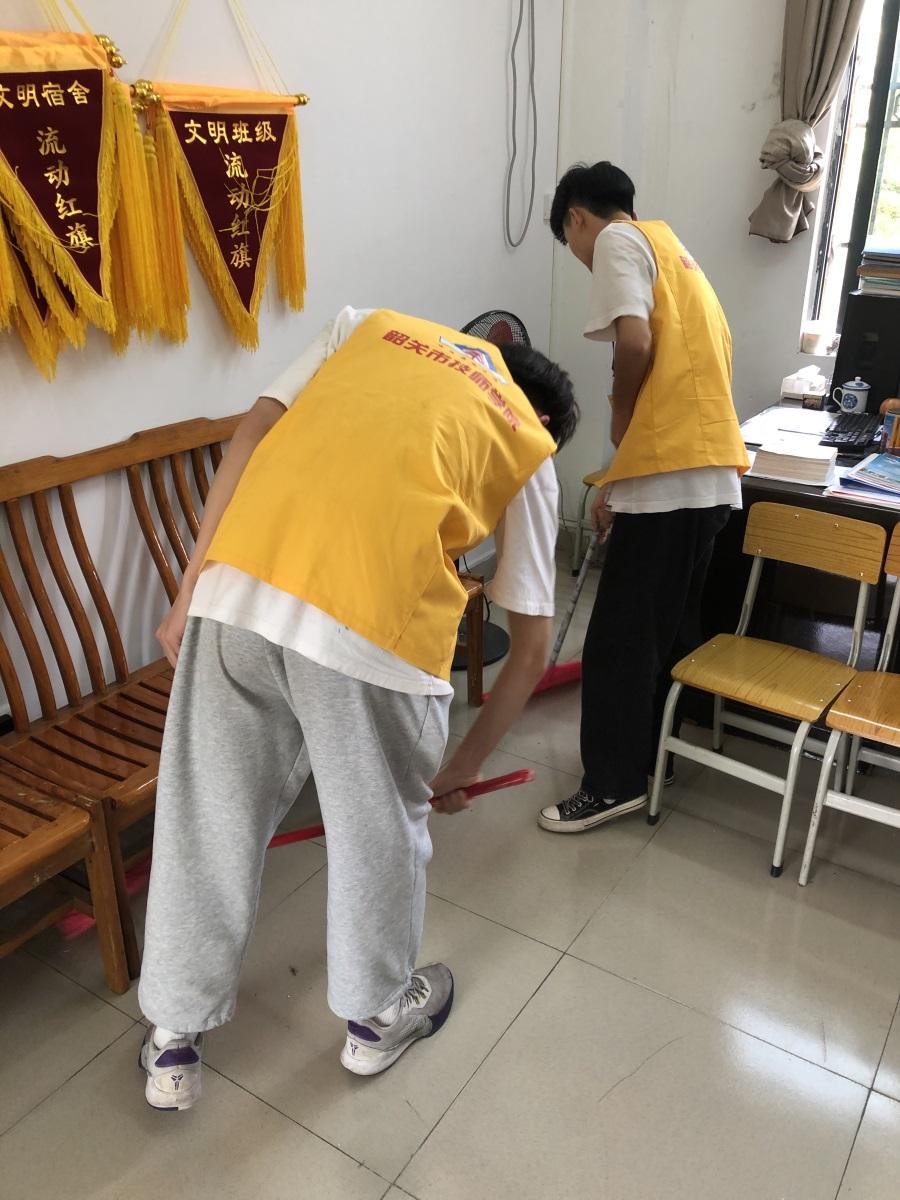 05信息技术产业系团总支清洁教师办公室.jpg