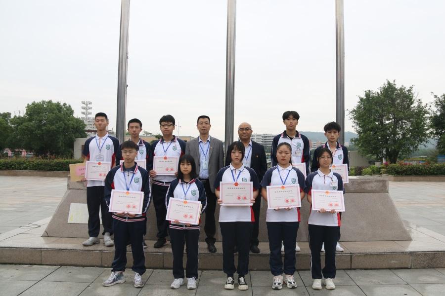 01党委书记、院长岳永胜,纪委书记、副院长周亮与10位获奖学生合影留念。.JPG