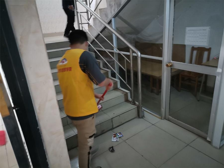 06现代交通产业系团总支在宿舍周边开展清洁活动.jpg