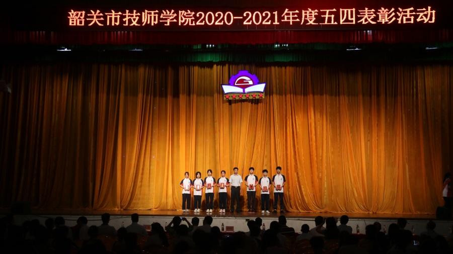 18学院副院长彭胜德同志为优秀团干代表颁奖。.JPG