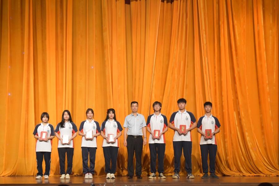 17学院纪委书记、副院长周亮同志为优秀团员代表颁奖。.JPG