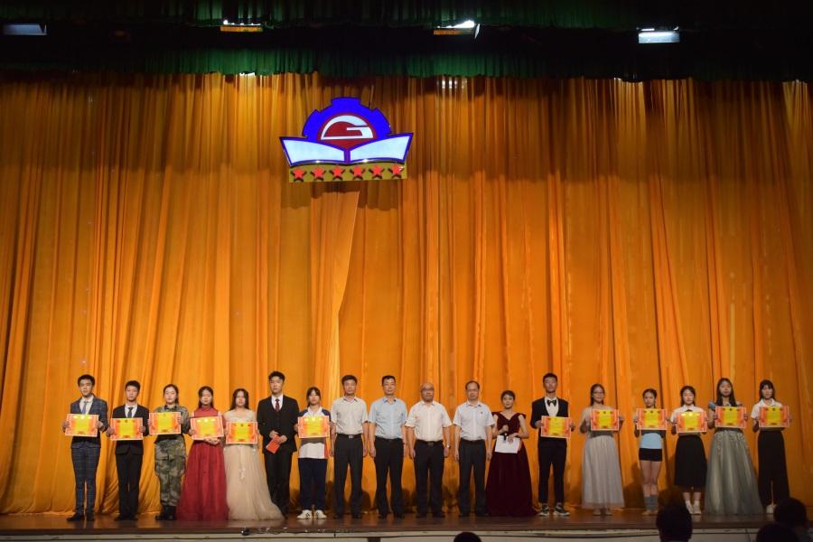 15学院领导为朗诵比赛获奖集体颁奖。.JPG