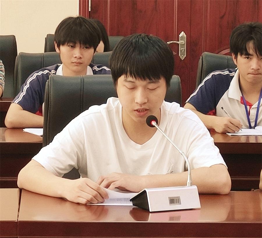 教练代表邹翔老师发言(裁掉左右).jpg