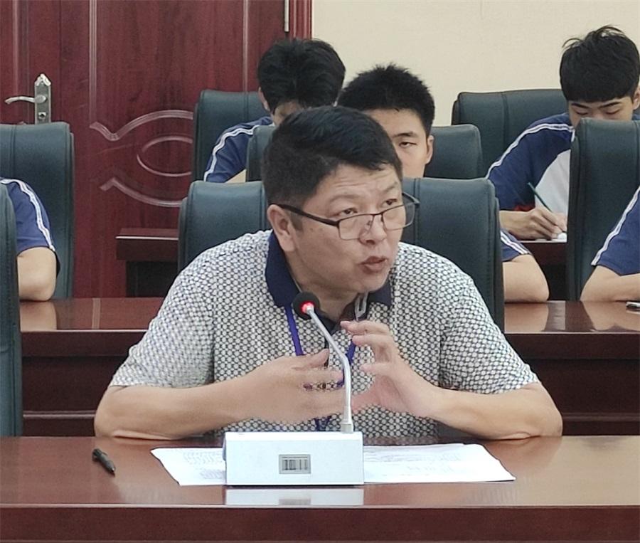 教务科陈伟明科长在主持会议时对2021年的参赛工作进行分析。(裁掉左右).jpg