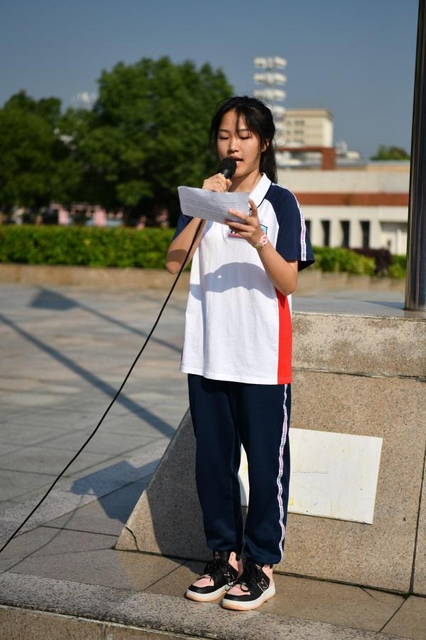 经济贸易产业系会计2051班陈薇羽同学代表系部在国旗下发言。.jpg